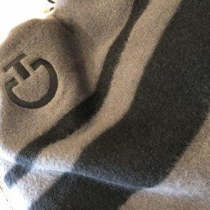 Cavalleria Toscana Stripe Wool Rug Grå/Sort, grøn-blå kant bånd